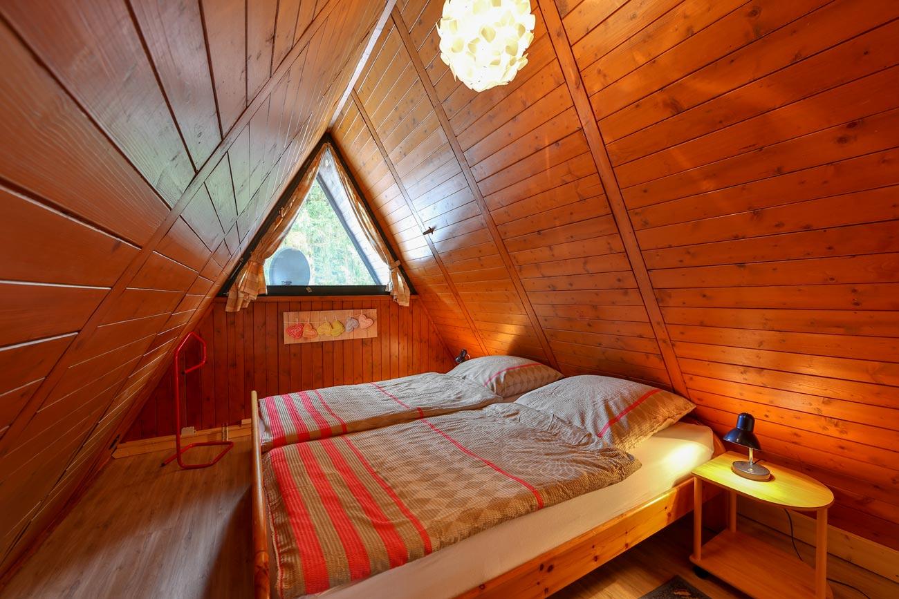 Nurdachhaus-18-Zimmer-Doppelbett