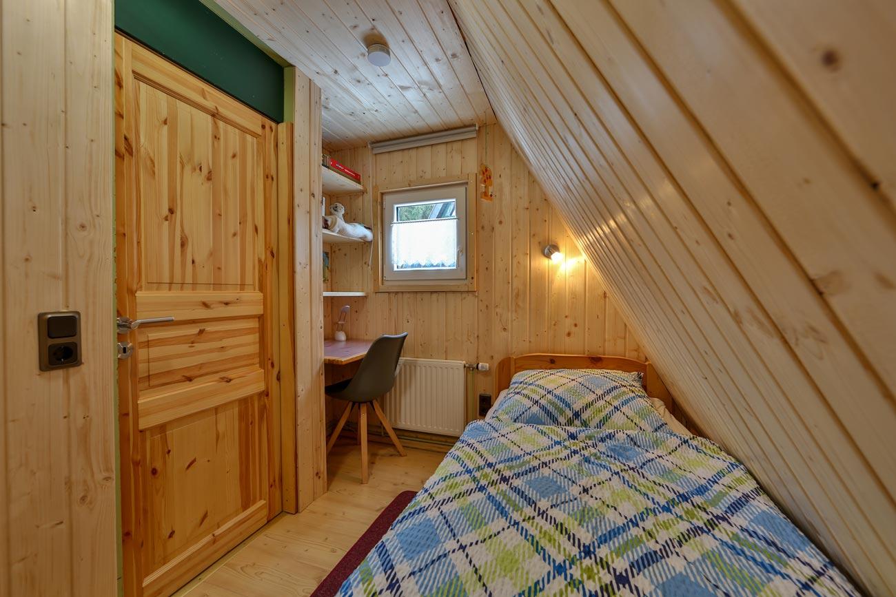 Nurdachhaus-18-Zimmer02-Einzelbett