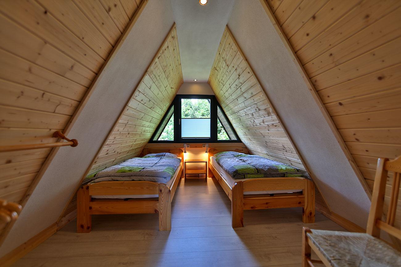 Nurdachhaus-25-Zimmer-oben-zwei-Einzelbetten01
