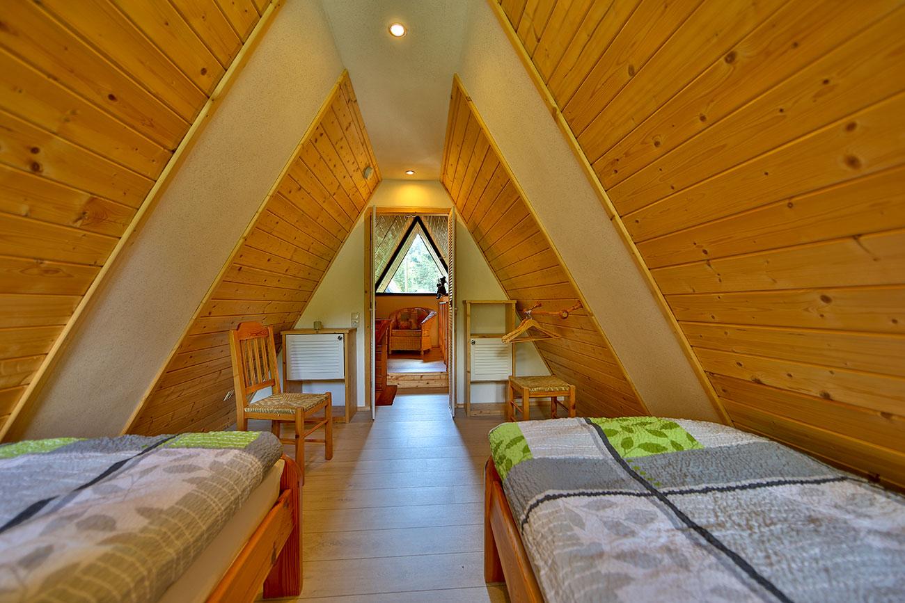 Nurdachhaus-25-Zimmer-oben-zwei-Einzelbetten02