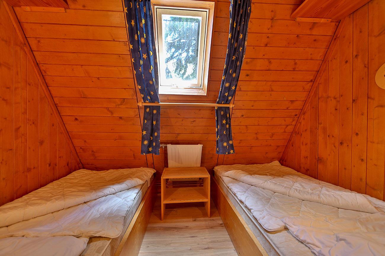 Nurdachhaus-25-Zimmer-zwei-Einzelbetten01