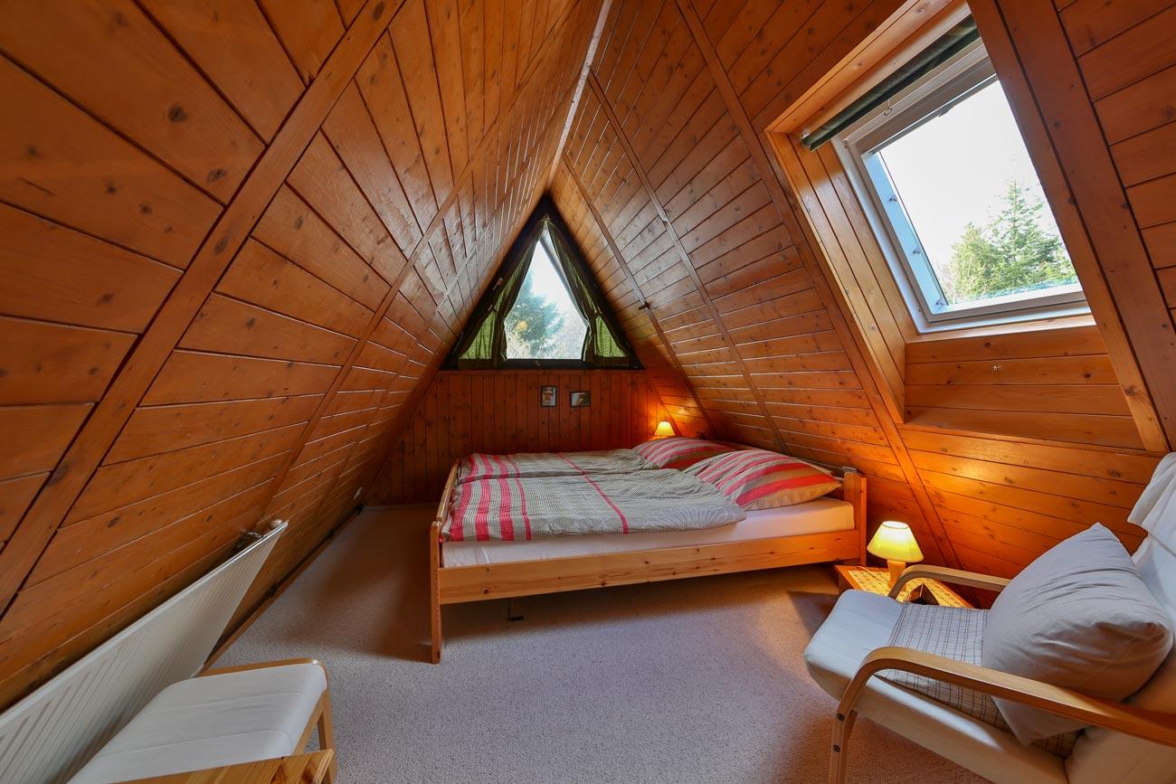 Nurdachhaus-26-Zimmer-Doppelbett