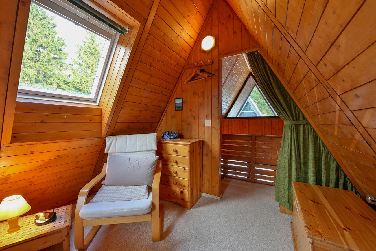 Nurdachhaus-26-Zimmer-Doppelbett01
