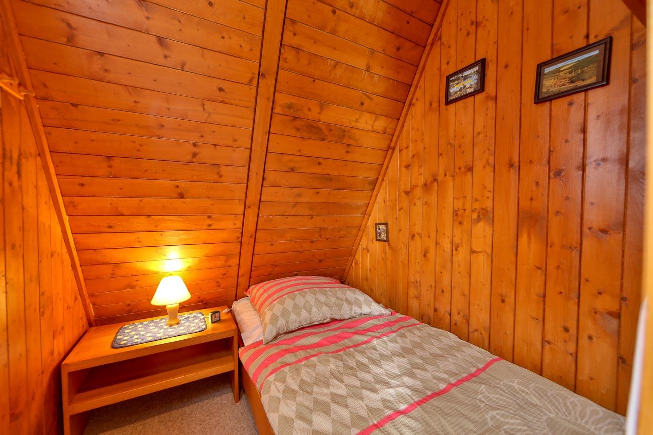 Nurdachhaus-26-Zimmer-Einzelbett