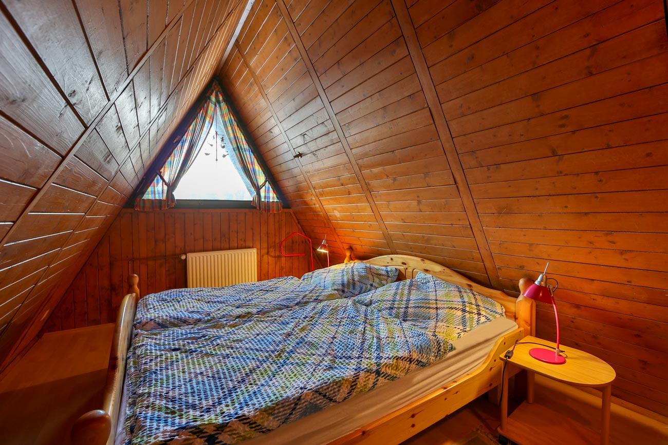 Nurdachhaus-28-Zimmer-Doppelbett