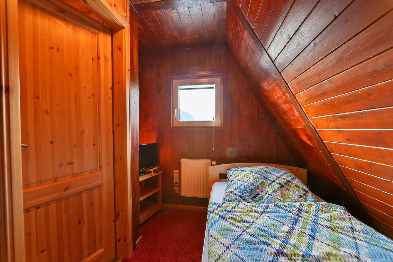 Nurdachhaus-28-Zimmer01-Einzelbett