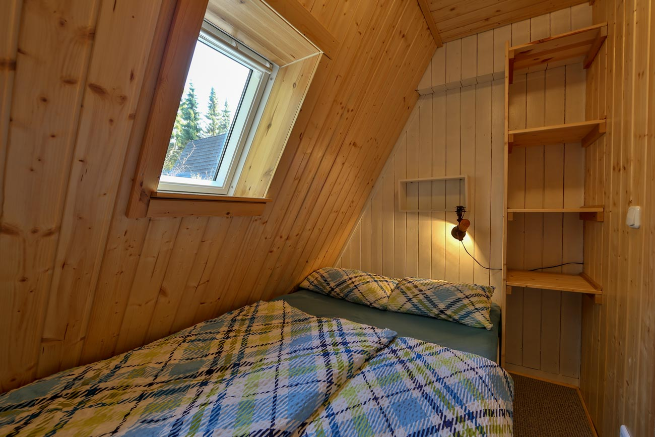 Nurdachhaus-32-Zimmer-Doppelbett