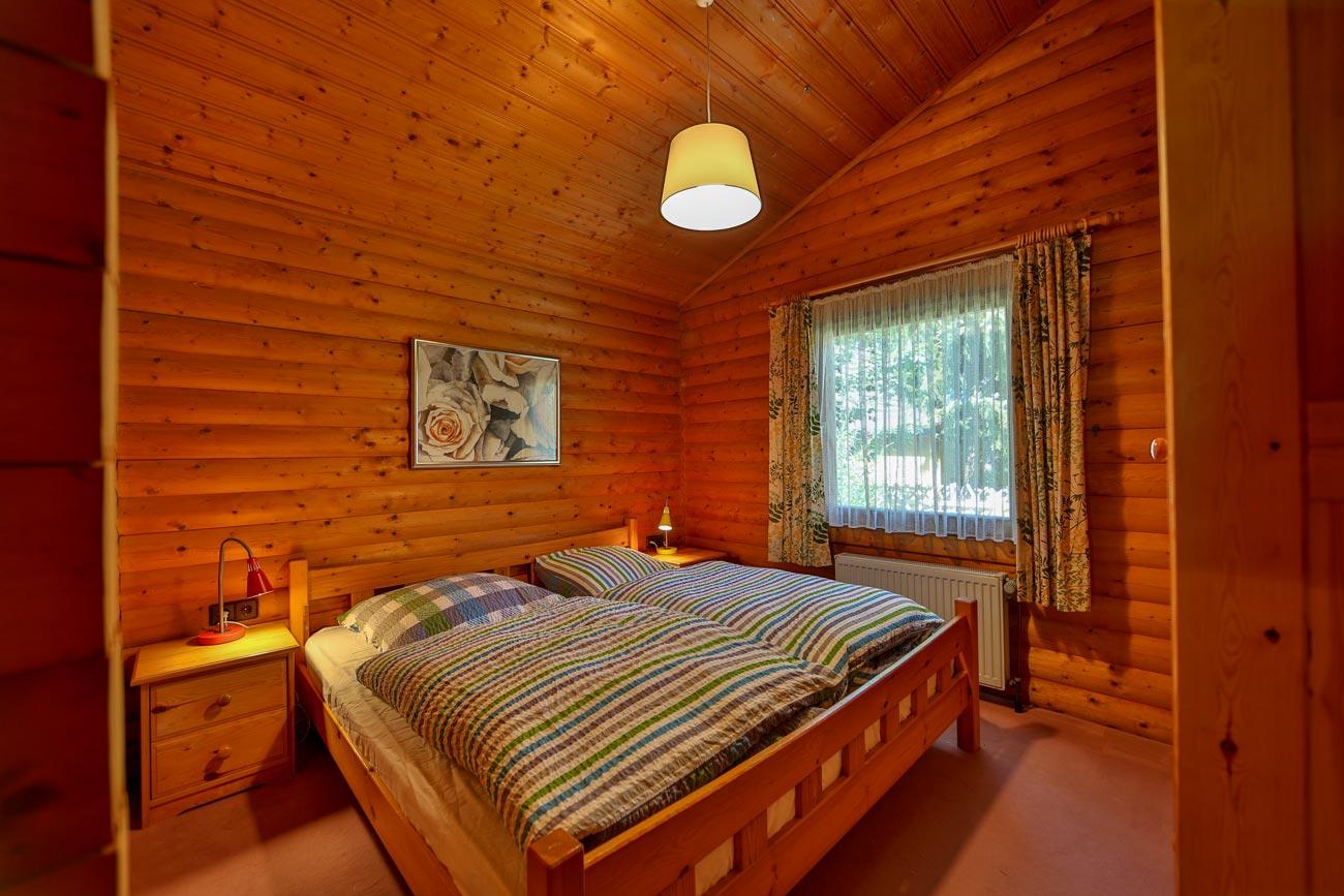 Kaminhaus-46-Zimmer-Doppelbett